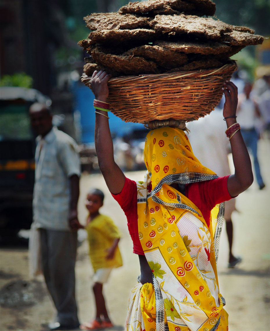 indian-woman-carrying-dung-on-head.jpg